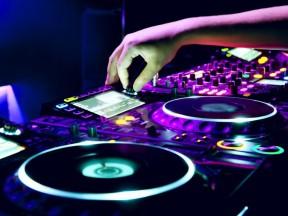 DJs-933x700
